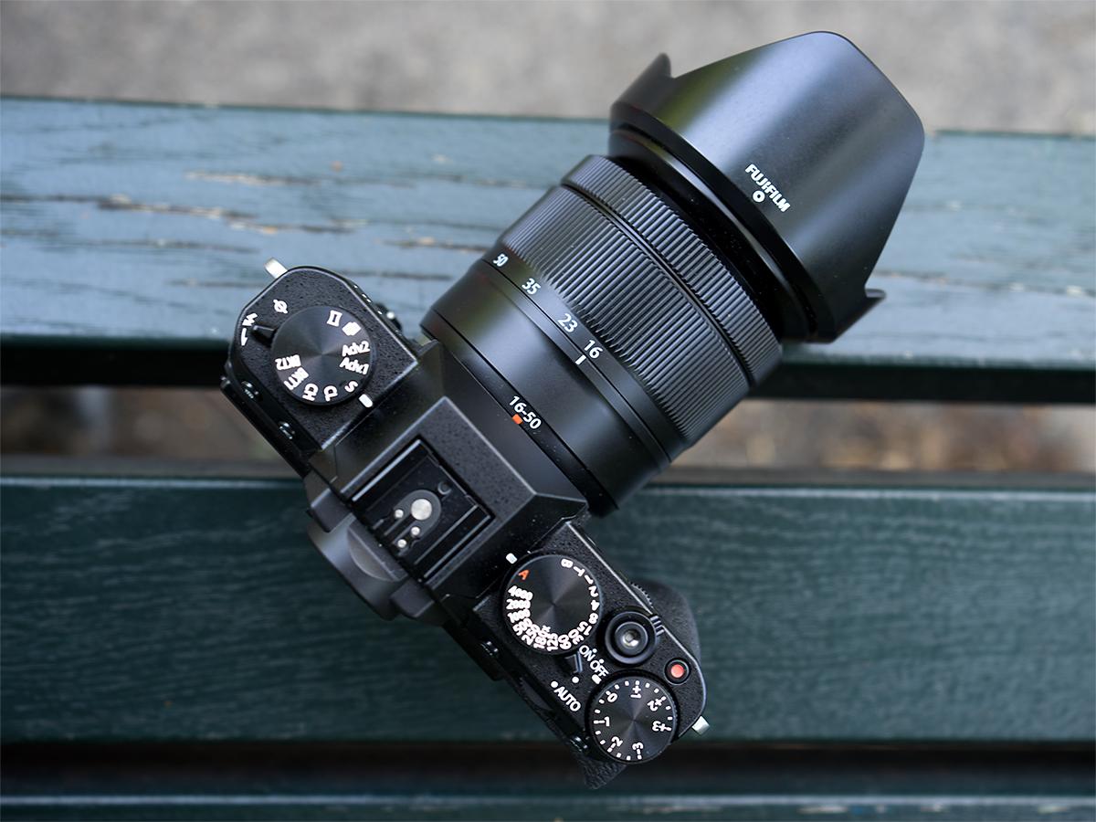 Die Fujifilm X-T10 mit angesetztem XC 16-50mm f/3.5-5.6 ois ii