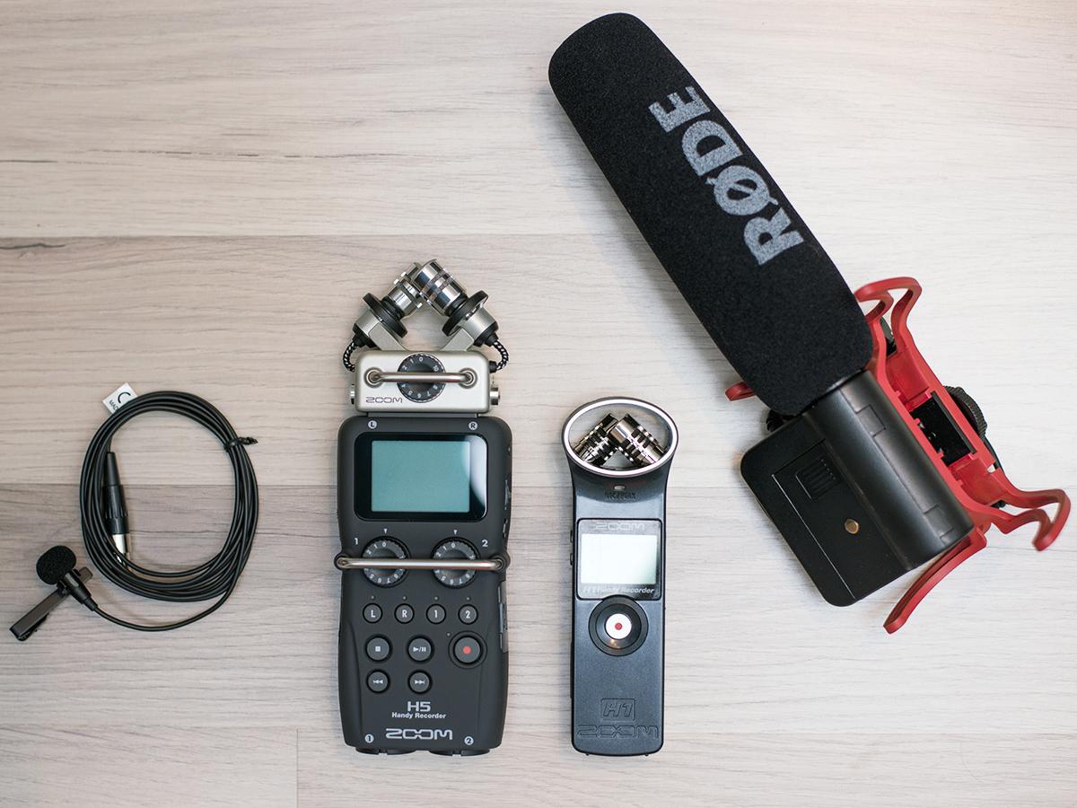 Auf den guten Ton kommt es an! Abgebildet sind zwei Audiorecorder und zwei Mikrofone: ein Ansteckmikrofon mit Kugelcharakteristik und ein Richtmikrofon